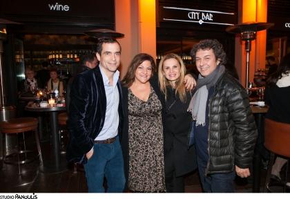 «Η επιτυχία της πρεμιέρας του « Για όνομα» του Κωνσταντίνου Μαρκουλάκη γιορτάστηκε στο θεατρικό στέκι Bar de theatre »