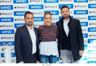 Ο Κωνσταντίνος Αργυρός και η Ελεονόρα Μελέτη στο κατάστημα WIND με το νέο IPhone X