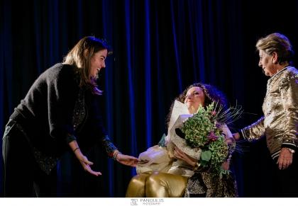 Κατερίνα Βρανά: Η δύναμη μου προέρχεται από το χιούμορ. Η σπουδαία Ελληνίδα κωμικός έδωσε μια παράσταση για τους σκοπούς της Ένωσης «Μαζί για το Παιδί»