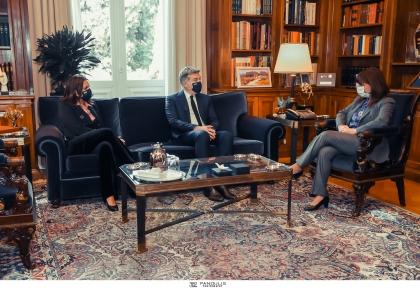 Συνάντηση της  Α.Ε. Προέδρου της Δημοκρατίας κ. Κατερίνας Ν. Σακελλαροπούλου με τον Πρόεδρο της HOPEgenesis Δρ. Στέφανο Χανδακά και την Βουλευτή κ. Όλγα Κεφαλογιάννη για το θέμα της υπογεννητικότητας και την αντιμετώπισή του