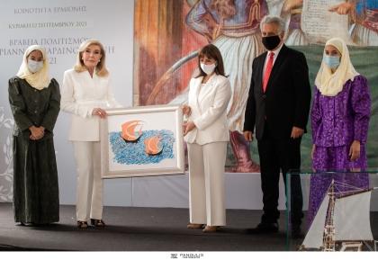 Με μια σεμνή και λιτή τελετή, αφιερωμένη στη μνήμη του Μίκη Θεοδωράκη και παρουσία της Α.Ε. της Προέδρου της Δημοκρατίας κυρίας Κατερίνας Σακελλαροπούλου, απονεμήθηκαν για τρίτη χρονιά τα «Βραβεία Πολιτισμού Μαριάννα Β. Βαρδινογιάννη» από τον Δήμο Ερμιονίδας