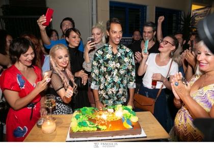 Σε ένα αυθόρμητο street-party εξελίχθηκε το κάλεσμα του δημοσιογράφου Γιώργου Πράσινου, με αφορμή τον εορτασμό των γενεθλίων του @ IPITOU THE BAR