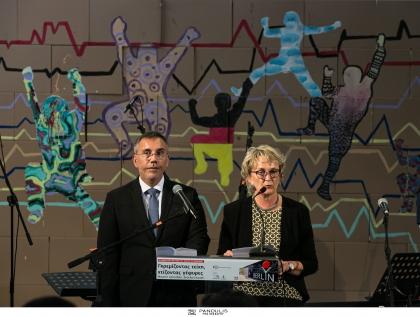 ΓΚΡΕΜΙΖΟΝΤΑΣ ΤΕΙΧΗ ΧΤΙΖΟΝΤΑΣ ΓΕΦΥΡΕΣ. Εκδήλωση της DSA Γερμανικής Σχολής Αθηνών και της Ελληνογερμανικής Αγωγής για τη συμπλήρωση 30 χρόνων από την πτώση του Τείχους του Βερολίνου, υπό την αιγίδα της Πρεσβείας της Ομοσπονδιακής Δημοκρατίας της Γερμανίας στην Αθήνα